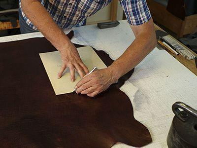 Zuschneiden von Leder für die Taschenherstellung
