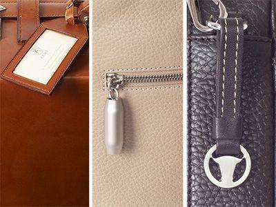 Anhänger an Ledertaschen können eine funktionelle Aufgabe als Adressenträger erfüllen, die Taschenmarke symbolisieren oder zur Dekoration dienen.