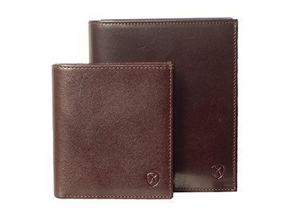 Zwei Geldbörsen, die aus hochwertigem Anilinleder hergestellt wurden und dessen Zurichtung die natürliche Schönheit der Haut erkennen lässt.
