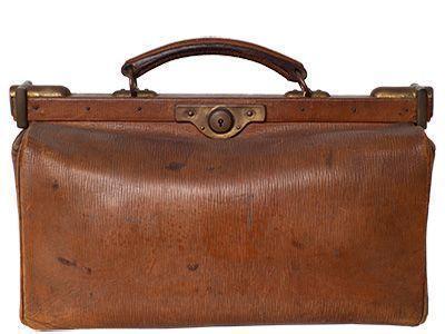 Eine klassische  Arzttasche aus braunem Leder mit einem Metallbügel als Verschluss.