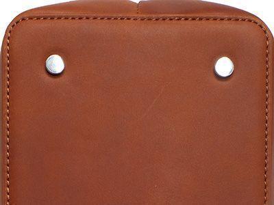 Unterboden einer Tasche mit Bodennägeln aus Metall