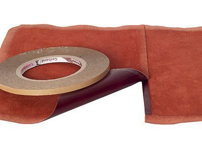 Das Doppelklebeband wird erst auf ein Lederteil aufgeklebt, dann die Folie auf der zweiten Seite entfernt und das zweite Lederteil angeheftet.