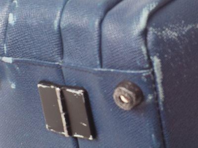 Abriebspuren am Boden eines Aktenkoffers aufgrund einer zu hohen Beanspruchung und nicht ausreichender Farbfestigkeit.