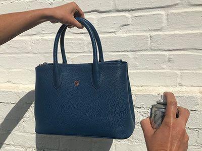 Einsprühen einer Tasche
