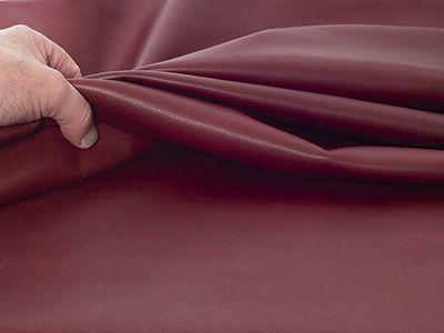 Kalbleder wird aus Fellen von bis zu einem Jahr alten Rindern hergestellt. Es zeichnet sich durch ein sehr gleichmäßiges Narbenbild und einen angenehmen, weichen Griff aus.