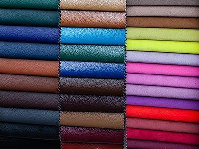 Kunstleder werden in allen denkbaren Farbvariationen angeboten.