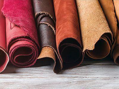 Leder kann je nach Typ der zu fertigenden Tasche auf unterschiedliche Art zugerichtet und gefärbt werden.