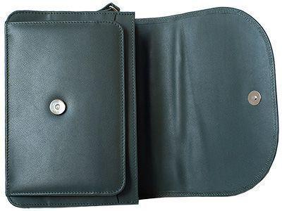 Geöffnete Schultertasche mit Ober- und Unterteil eines Magnetschlosses.