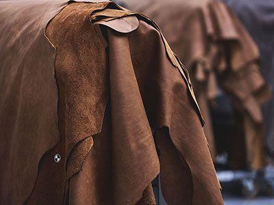 Pflanzlich gegerbte Leder haben vor der weiteren Zurichtung eine bräunliche Farbe.