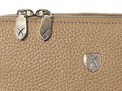 Reißverschlüsse können aus Metall oder Kunststoff eingesetzt werden und prägen das Bild einer Tasche.