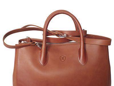 Tasche mit Schulterriemen, der ein bequemes Tragen über der Schulter erlaubt.