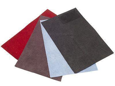 Veloursleder für Damentaschen lassen sich aus den Häuten von Rindern oder Schafen herstellen. Sie haben eine aufgeraute Oberfläche, die sich beim Berühren weich und samtartig anfühlt.